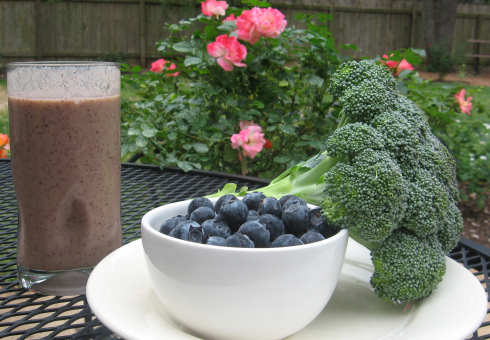 This Blueberry Broccoli Detox Smoothie is sweeter than you think and seriously healthy!