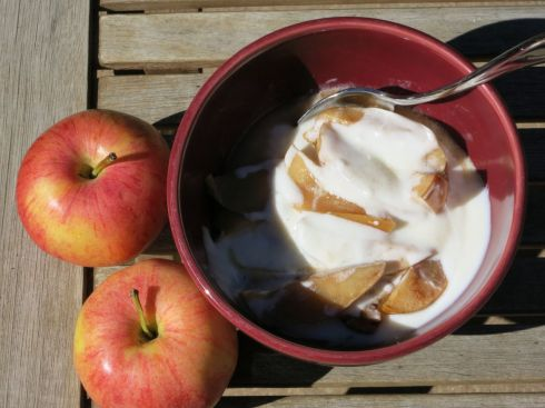 Baked sliced apples with vanilla yogurt - yummmmm!
